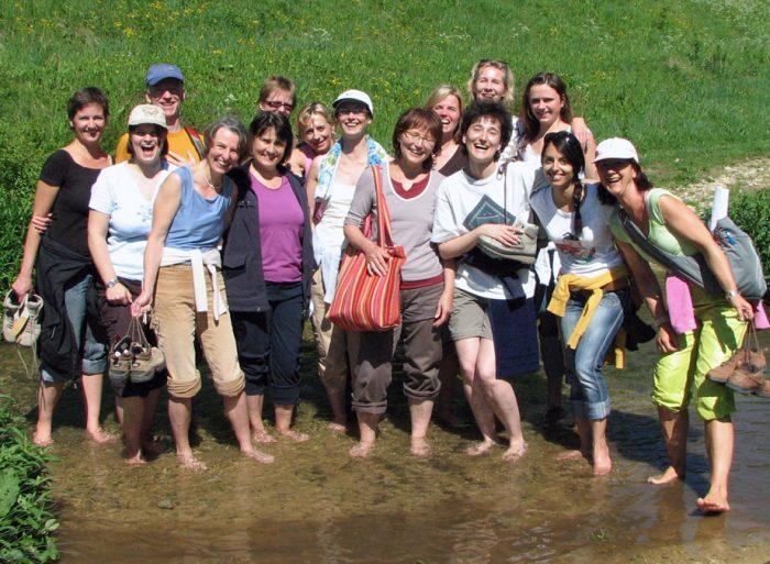 Yogalehrer Ausbildung Gruppe barfuß im Bach